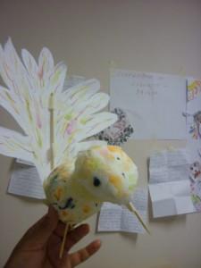 Птица - кукла, изработена от подръчни материали като салфетки, дървени шишове, хартия