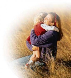 Майка прегръща малко момиченце